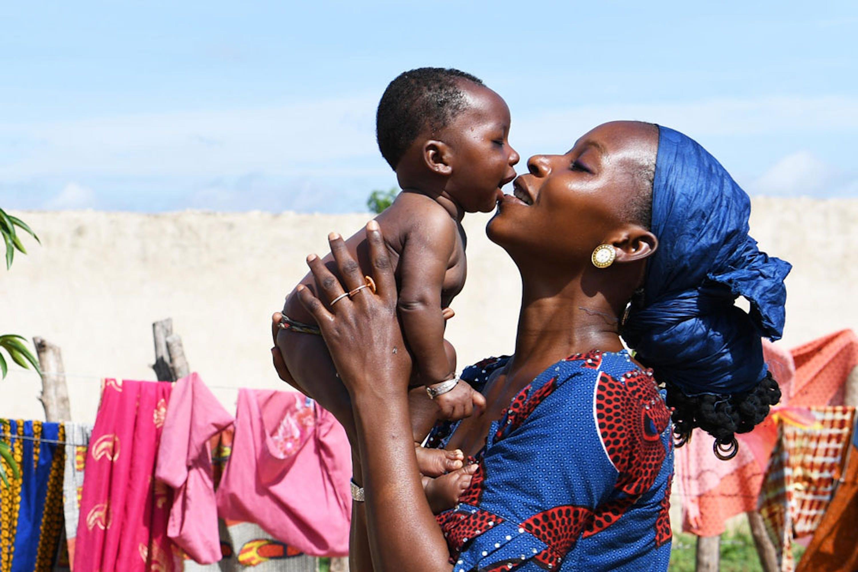 Fatoumata abbraccia il suo bambino nel villaggio di Korhogo (Costa d'Avorio). Quando ha partorito, 3 mesi fa, Fatoumata ha rischiato seriamente di morire per un'emorragia - ©UNICEF/ UN0241772/Dejongh