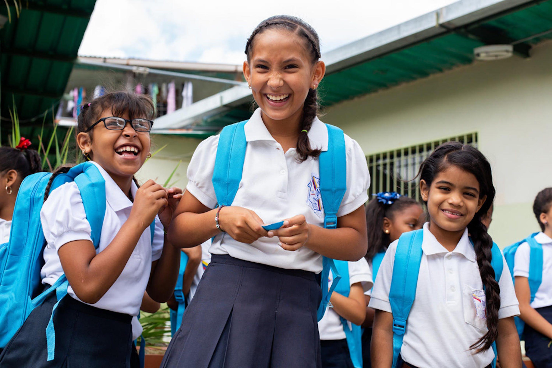 Alunne di una scuola di Baruta, nello stato di Miranda (Venezuela), con i nuovi zainetti donati dall'UNICEF - ©UNICEF/UN0344474/Prieto