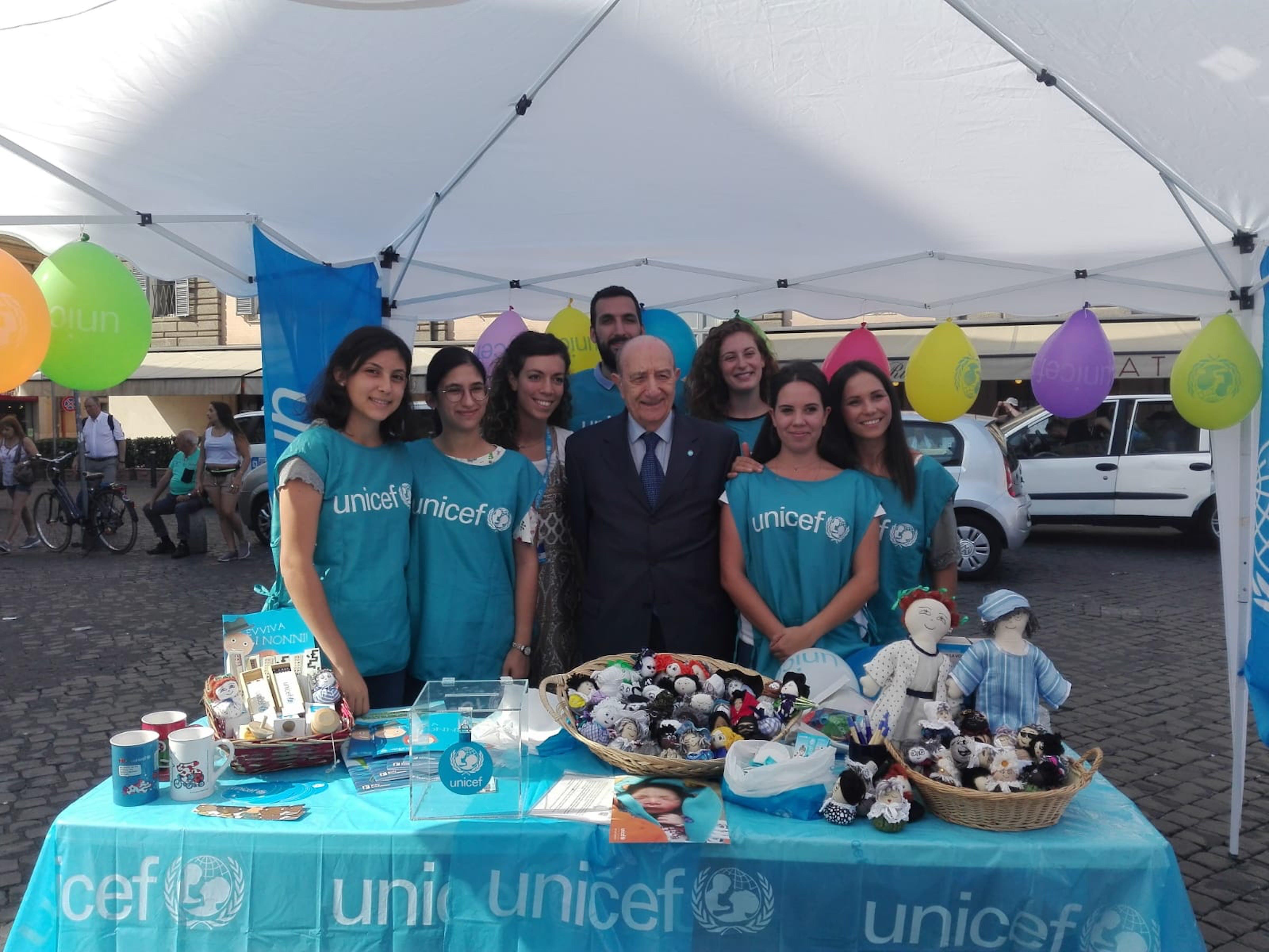 Il Presidente dell'UNICEF Italia Samengo con i volontari a piazza del Popolo durante la Festa dei Nonni