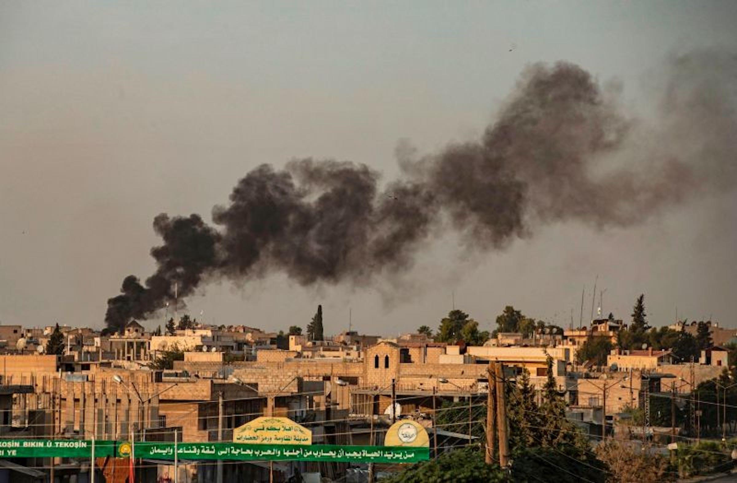 Il fumo dei bombardamenti turchi su Ras al-Ain, nel nord-ovest della Siria sotto controllo delle milizie curde - © Delil Souleiman/AFP
