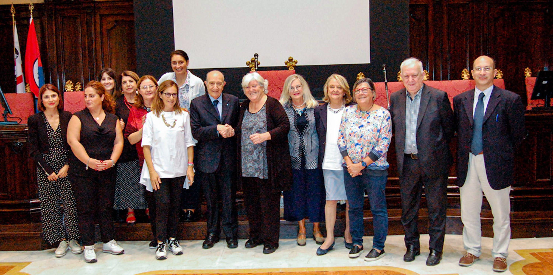 La stretta di mano tra il Presidente dell'UNICEF Italia Francesco Samengo e il Rettore dell'Università degli Studi di Cagliari Maria Del Zompo dopo la firma del protocollo © UNICEF