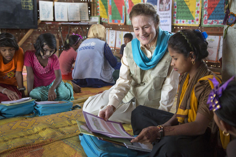Il Direttore esecutivo dell'UNICEF Henrietta Fore nel corso di una missione in Bangladesh tra i bambini Rohingya profughi dal Myanmar - ©UNICEF/UN0284211/LeMoyne
