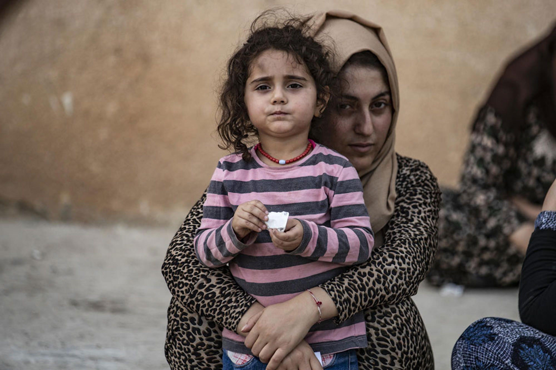 Una famiglia curda in fuga da Ras Al-Ain, nel nord-est della Siria. La carenza di finanziamenti mette a rischio anche l'assistenza per i bambini colpiti da questa recente crisi umanitaria - ©UNICEF/UNI214259/Souleiman