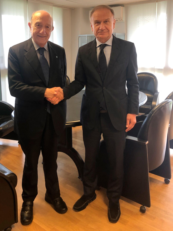 La stretta di mano tra il Presidente dell'UNICEF Italia Francesco Samengo e il Presidente della Federazione Italiana Pallacanestro Giovanni Petrucci - ®UNICEF Italia/2019/G. De Palma