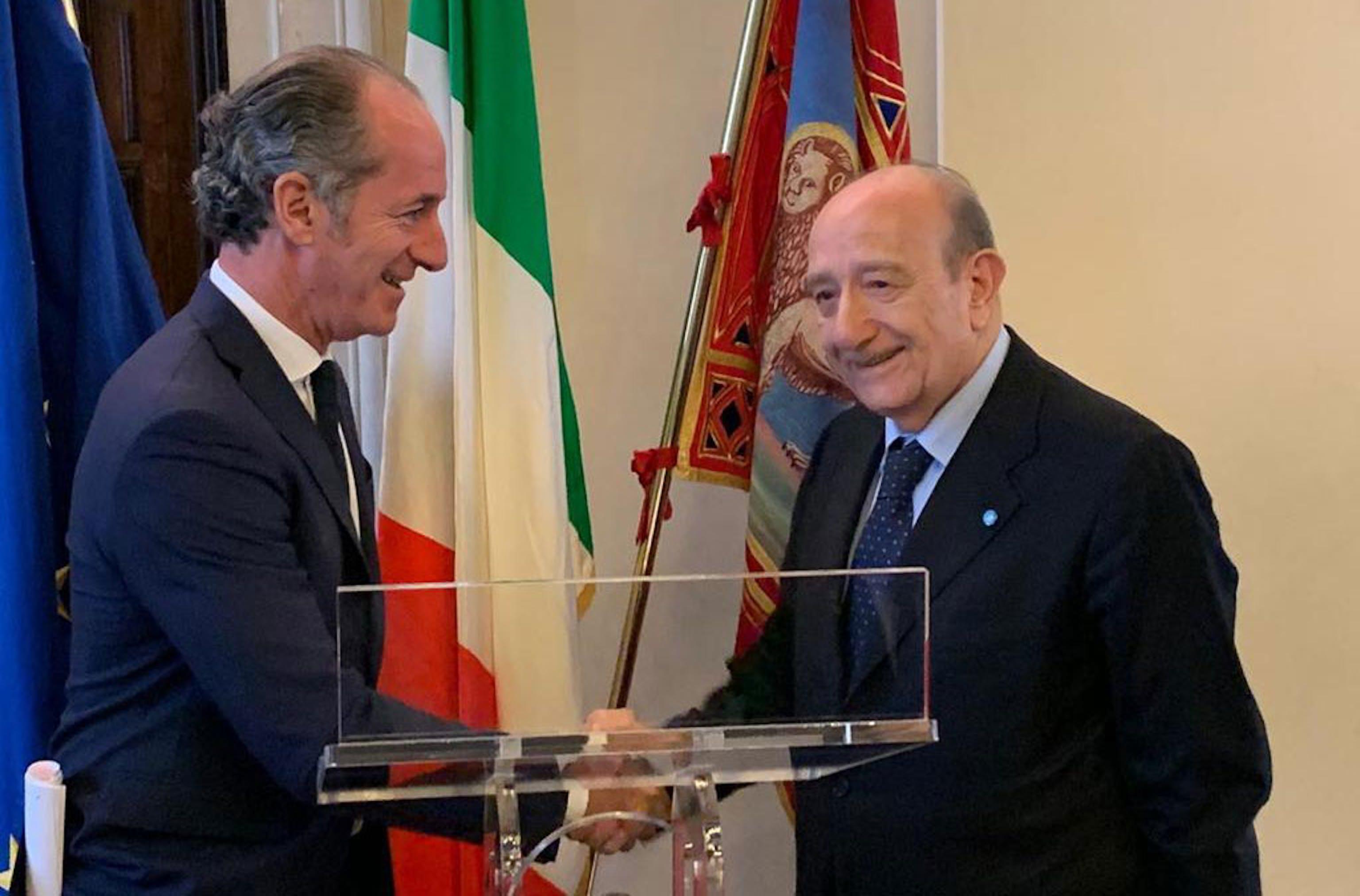 La stretta di mano tra il Presidente della Regione Veneto Luca Zaia e il Presidente dell'UNICEF Italia Francesco Samengo - ©UNICEF Italia/2019