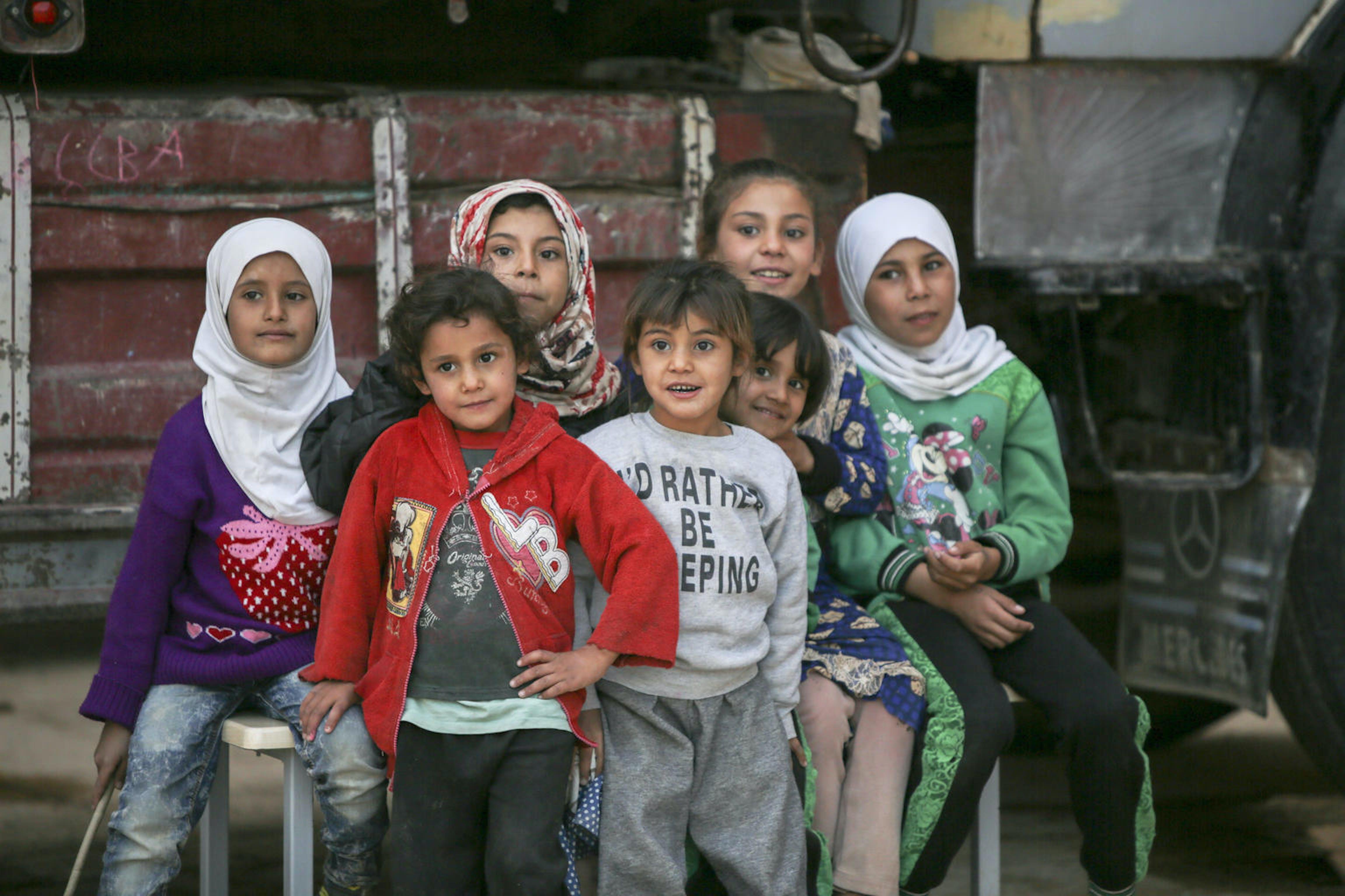 Centinaia di famiglie sfollate dall'offensiva turca nelle zone curde del nord-est della Siria hanno trovato rifugio in questa scuola della città di Tell Abyad - ©UNICEF/UNI223838/Alkasem