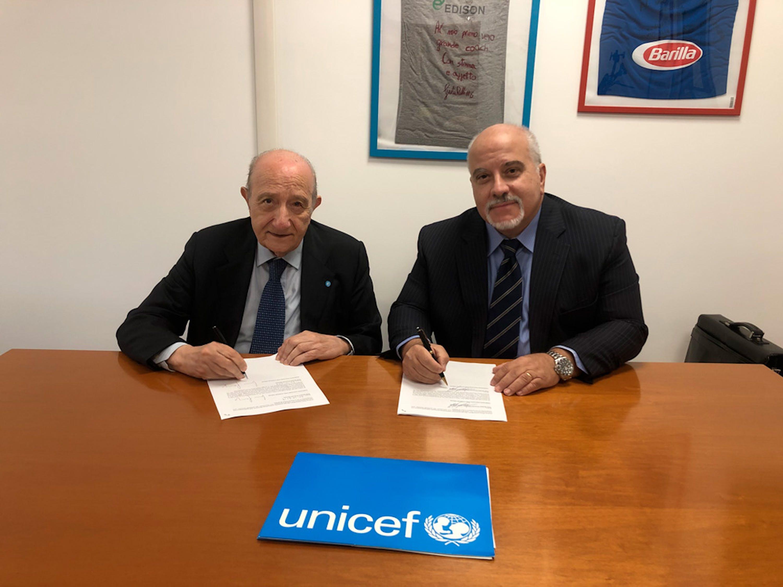 I presidenti di UNICEF Italia Samengo e Club Basket Frascati Monetti durate la firma dell'accordo - © UNICEF