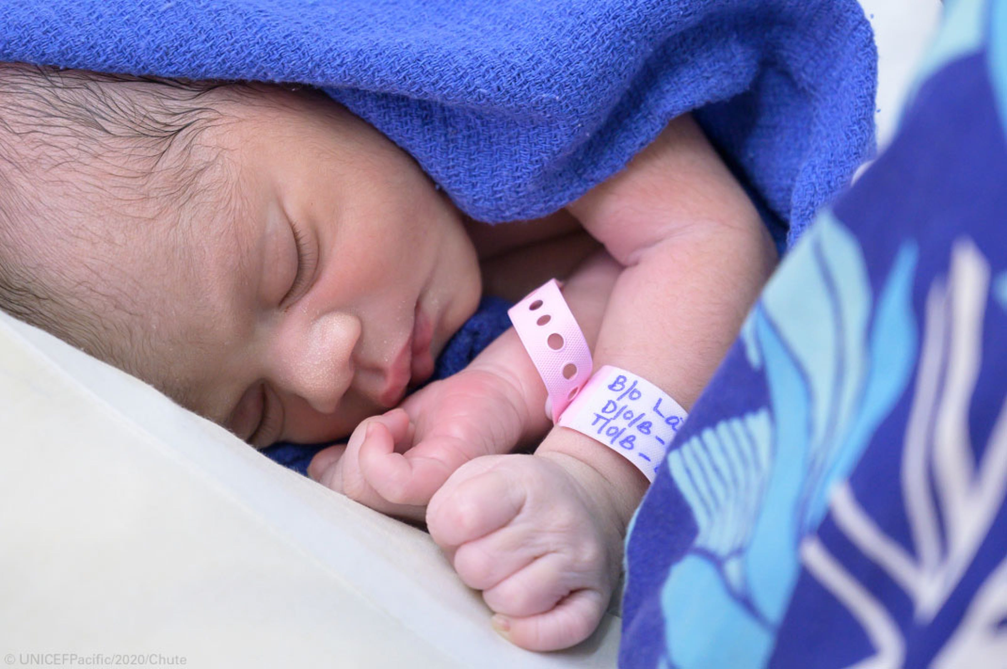 Questo bambino, nato 10 minuti dopo la mezzanotte del 1° gennaio nelle isole Figi (Oceania) è uno tra i primissimi dei circa 392.000 bambini che hanno visto la luce nel primo giorno del 2020 - ©UNICEF