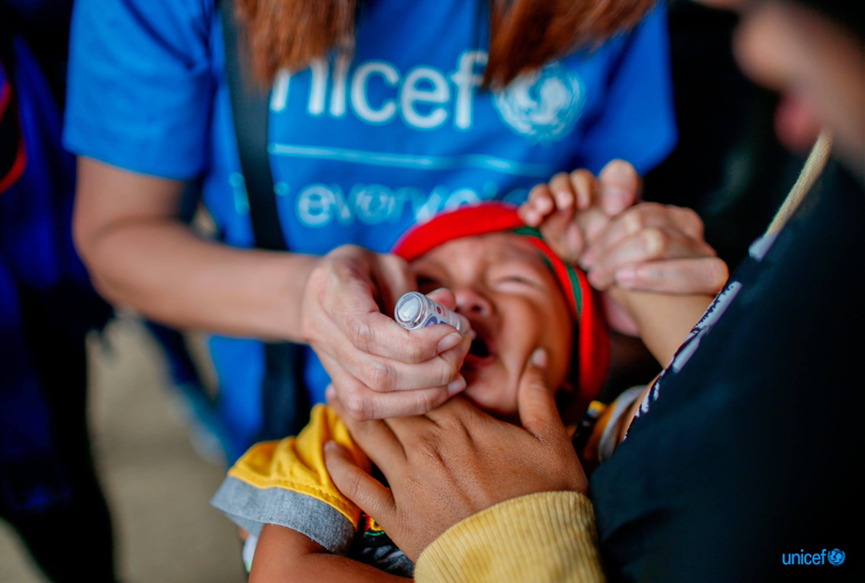 Un'operatrice dell'UNICEF somministra una dose di vaccino antipolio orale a un bambino a Marawi, nel sud delle Filippine - © UNICEF/UNI218155/Maitem