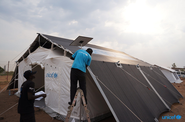 Un momento di un test in Uganda delle nuove tende polifunzionali per le emergenze umanitarie - © UNICEF/UNI276732/Kakooza