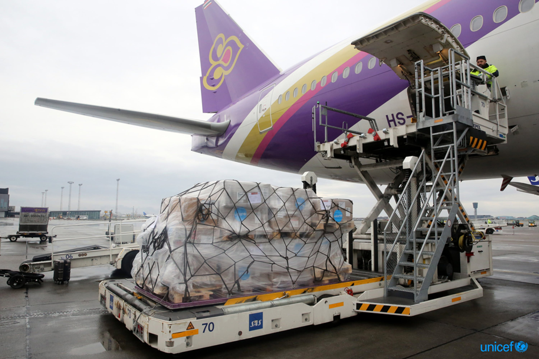 L'aereo cargo con le attrezzature sanitarie per la lotta al coronavirus in partenza dall'aeroporto di Copenaghen, sede della UNICEF Supply Division - © UNICEF/UNI281221/Hildelbrandt