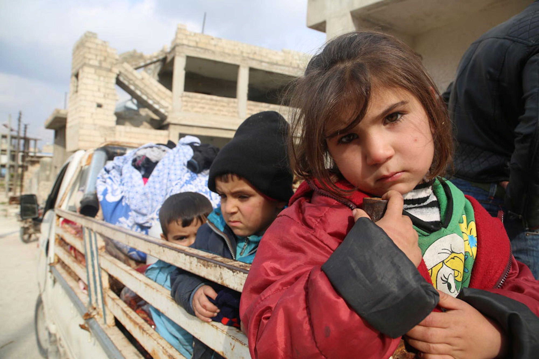 Bambini e adulti ammassati su un camion in fuga da Saraqib, cittadina nel governatorato di Idlib (Siria) - ©UNICEF/UNI286347/Abdoullah