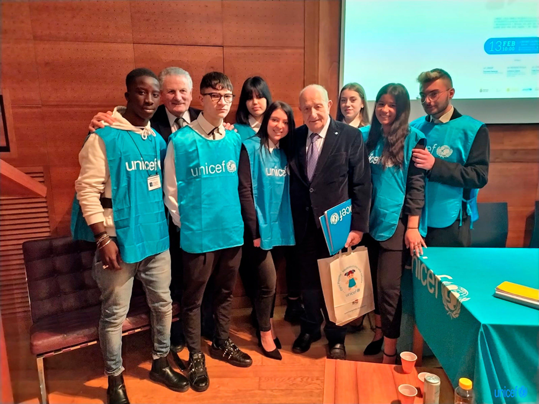 Il presidente dell'UNICEF Italia Samengo   al termine del convegno con i volontari dell'UNICEF a Napoli