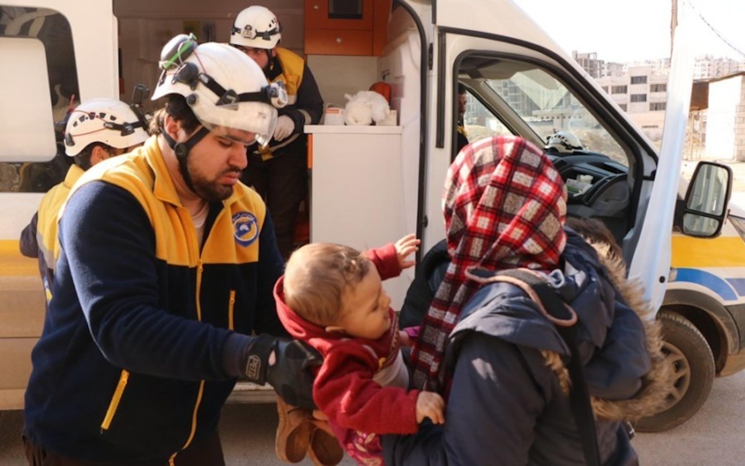 Soccorritori all'esterno di una delle scuole colpite dai bombardamenti a Idlib (Siria) il 25 febbraio scorso