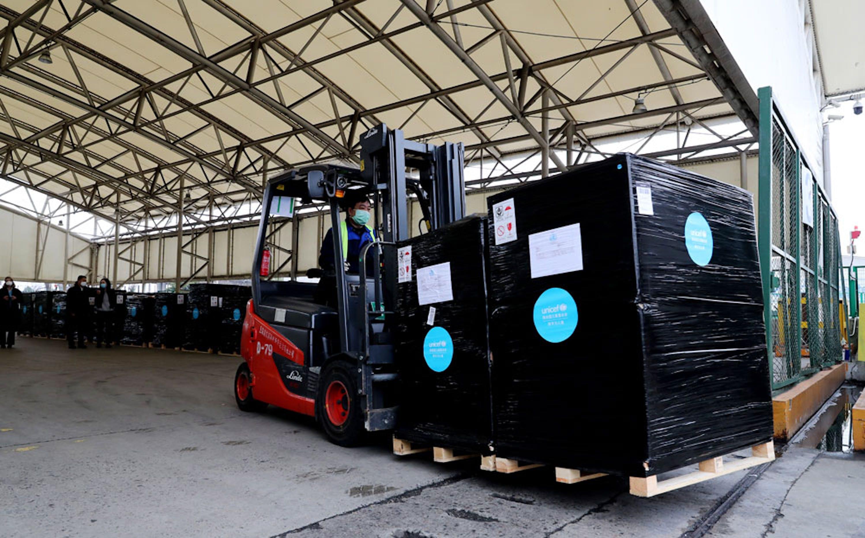 Una parte del carico di 12 tonnellate di dispositivi sanitari inviati dall'UNICEF all'aereoporto Pudong di Shangai (Cina) - ©/China/2020/Fang Zhe
