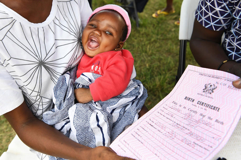 Elorm, 2 mesi, sembra felice del suo certificato di nascita nuovo di zecca... La regione a cui appartiene il suo paese (il Ghana) ha uno dei tassi di registrazione alla nascita più bassi al mondo: appena il 51% - ©UNICEF/UN0268749/Dejongh