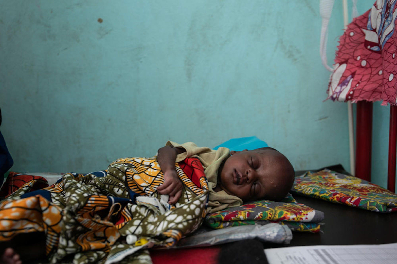 Un bambino ricoverato nell'unità di terapia intensiva nutrizionale dell'ospedale di Diffa (Niger) - © UNICEF/UNI218727/Haro