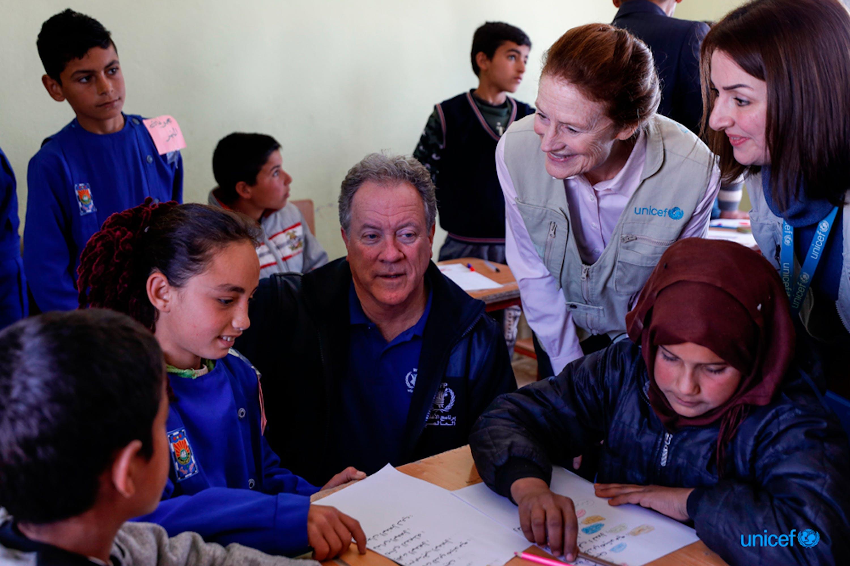 Siria,, il direttore esecutivo del WFP David Beasley (seduto al centro) e il direttore esecutivo dell'UNICEF Henrietta H. Fore (in piedi, secondo da destra), visitano i bambini della scuola Tal-Amara di  Idlib  © UNICEF/UNI308322/Sanadiki