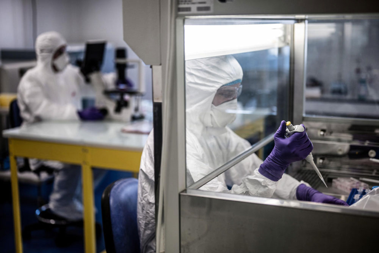 Ricercatori al lavoro in un laboratorio di virologia in Francia - © UNICEF/UNI288091/Pachoud/AFP-Services