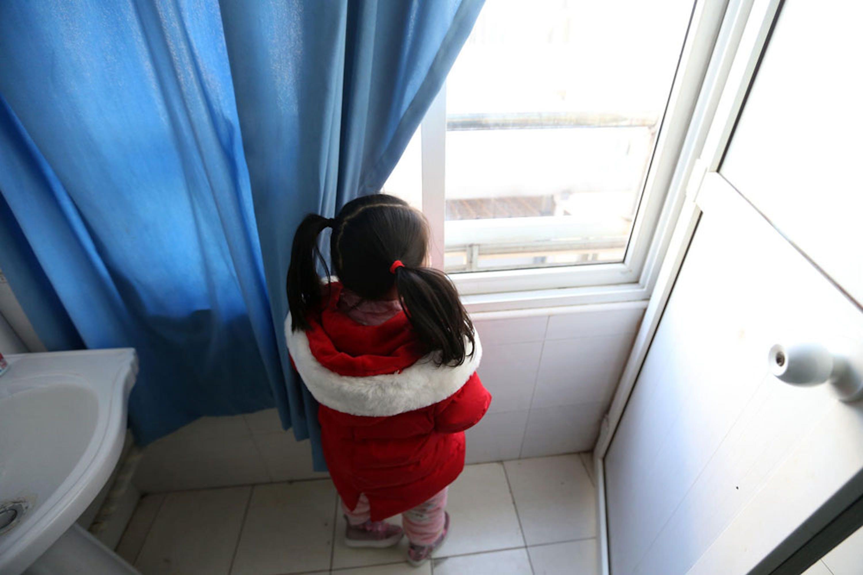 Yuanyuan, 5 anni, abita a Wuhan. Quando i suoi genitori sono stati ricoverati per COVID-19, è rimasta da sola a casa, accudita da volontari - ©UNICEF/UNI304655/Cui