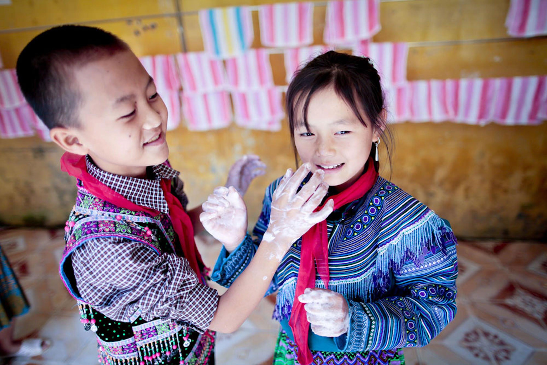 Alunni di una scuola del Vietnam che accoglie diverse minoranze etniche durante una dimostrazione sul corretto lavaggio delle mani - © UNICEF/UNI310735/Viet Hung