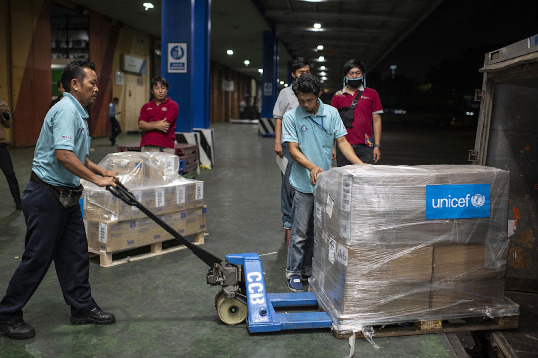 In un hangar dell'aeroporto di Giacarta (Indonesia) un carico di aiuti inviati dalla UNICEF Supply DIvision di Copenaghen vengono trasbordati dall'aereo sui camion - ©UNICEF/UNI313242/Wilander