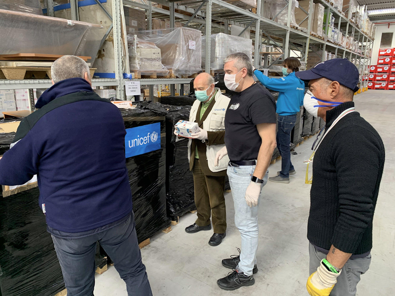 Le operazioni di scarico degli aiuti UNICEF. Si distinguono al centro della foto il presidente dell'UNICEF Italia Francesco Samengo e il Direttore generale Paolo Rozera - ©UNICEF Italia/2020/G.Ferzi