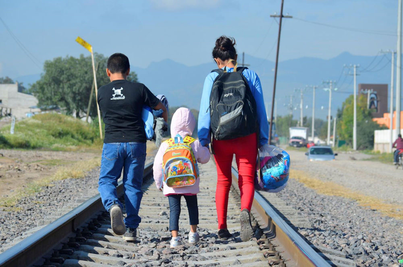 Maria, giovane madre dell'Honduras, in cammino con i suoi figli lungo una ferrovia in Messico - © UNICEF/UNI176266/Ojeda