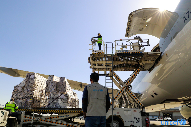 Un aereo cargo con aiuti dell'UNICEF giunto all'aeroporto di Teheran (Iran) nelle scorse settimane - © UNICEF/UNI314219/Sayyari