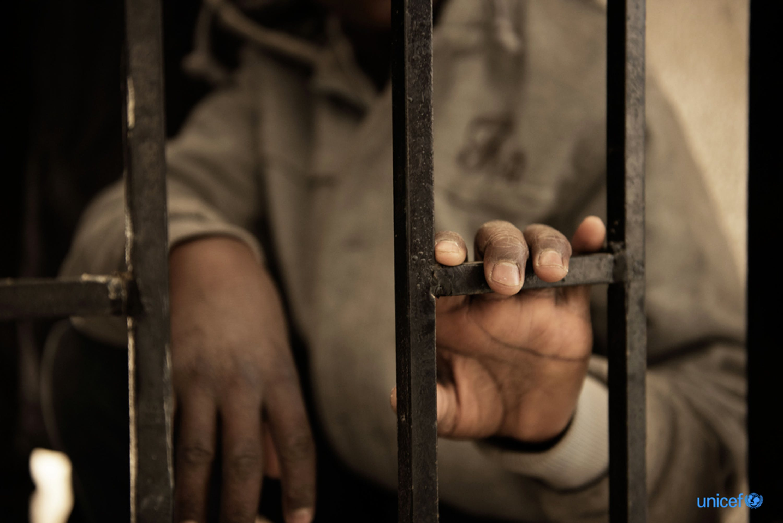 Issaa, 14 anni, proveniente dal Niger, è uno dei tanti minorenni nei campi di detenzione in Libia, strutture sovraffollate e prive di servizi igienici decenti a forte rischio di contagio da COVID-19 - © UNICEF/UN052682/Romenzi