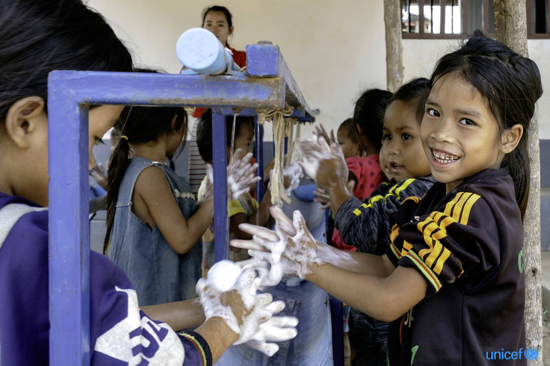 Alunni di una scuola per l'infanzia nel Laos meridionale, dove l'UNICEF conduce programmi di igiene finalizzati anche alla prevenzione del COVID-19 - © UNICEF/UN0311068/