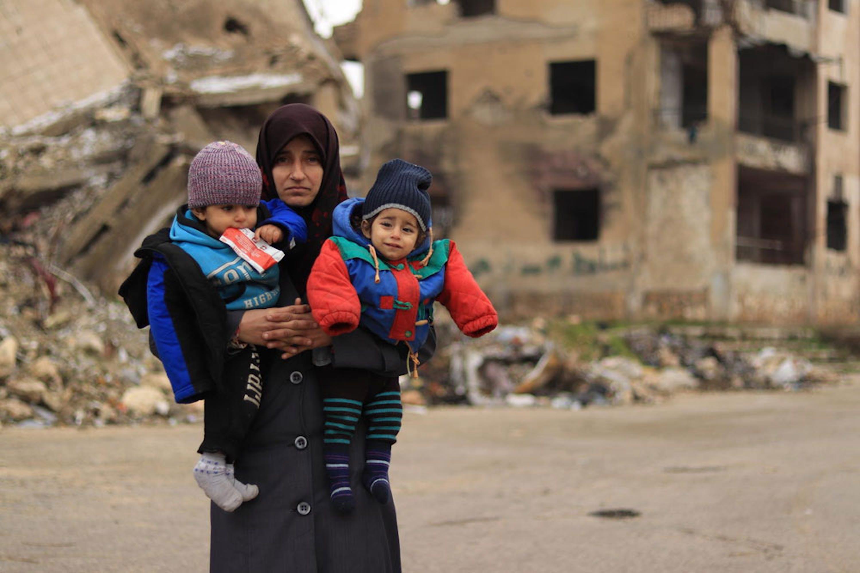 Alaa con i suoi due figli, assistiti dai team sanitari e nutrizionali dell'UNICEF ad Aleppo (Siria). Sono 4,8 milioni i bambini nati in Siria in questi 9 anni di guerra - ©UNICEF/UNI310539/Al-Issa