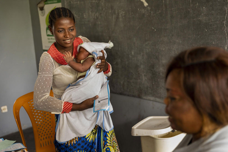 È il giorno della vaccinazione contro il morbillo per il piccolo Dieu Merci (1 mese) in questo ambulatorio di Nsele (Rep. Democratica del Congo) -  © UNICEF/UNI308216/Brown
