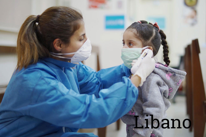Un'infermiera misura la temperatura di una bambina in uno dei 194 ambulatori e ospedali del Libano assistiti dall'UNICEF con beni e attrezzature per la lotta al COviD-19 - ©UNICEF/UNI317998/Choufany
