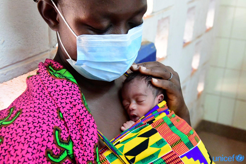 Soro Sali, di 39 anni, pratica canguro terapia presso l'ospedale regionale di Korhogo, nel nord della Costa d'Avorio. La cognata di Sali è morta dando alla luce tre gemelli. © UNICEF/UNI325619// Frank Dejongh
