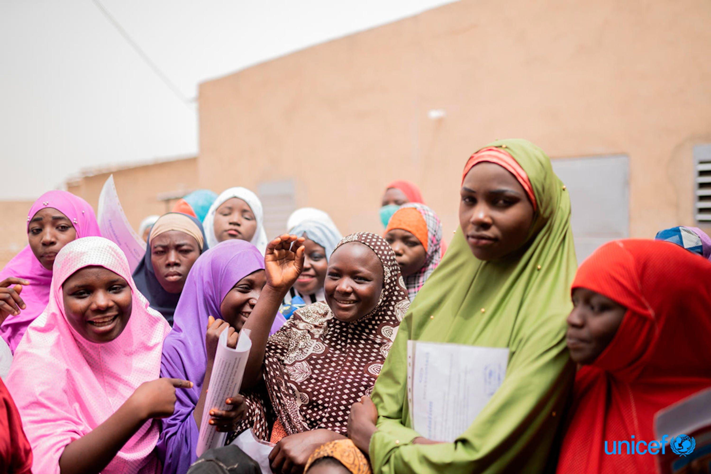 Un gruppo di ragazze fuori dalla scuola dove frequentano una formazione professionale di un mese per conoscere le attività che generano reddito