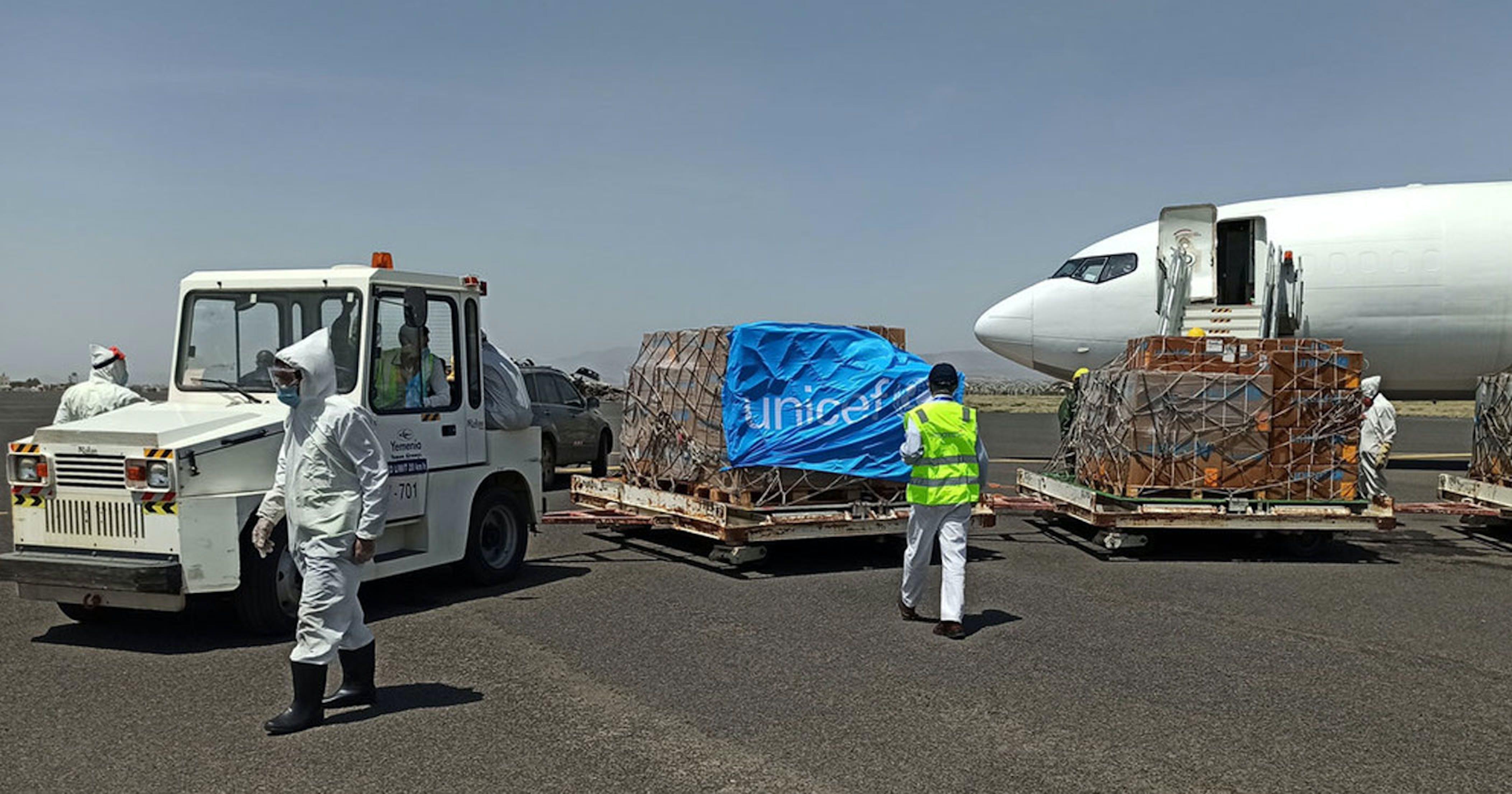 Le operazioni di scarico del cargo con aiuti UNICEF arrivato all'aeroporto di Sana'a, capitale dello Yemen - ©UNICEF Yemen/2020/102665