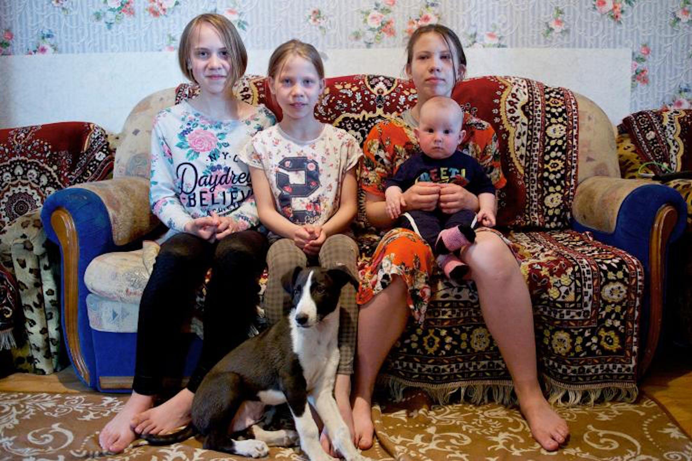 La famiglia di queste 4 bambine vive in un piccolo appartamento in affitto a Nur Sultan, capitale del Kazakistan, Da tre anni non riesce ad accedere ai servizi sociali per carenza di documenti - © UNICEF/UNI289389/Nur