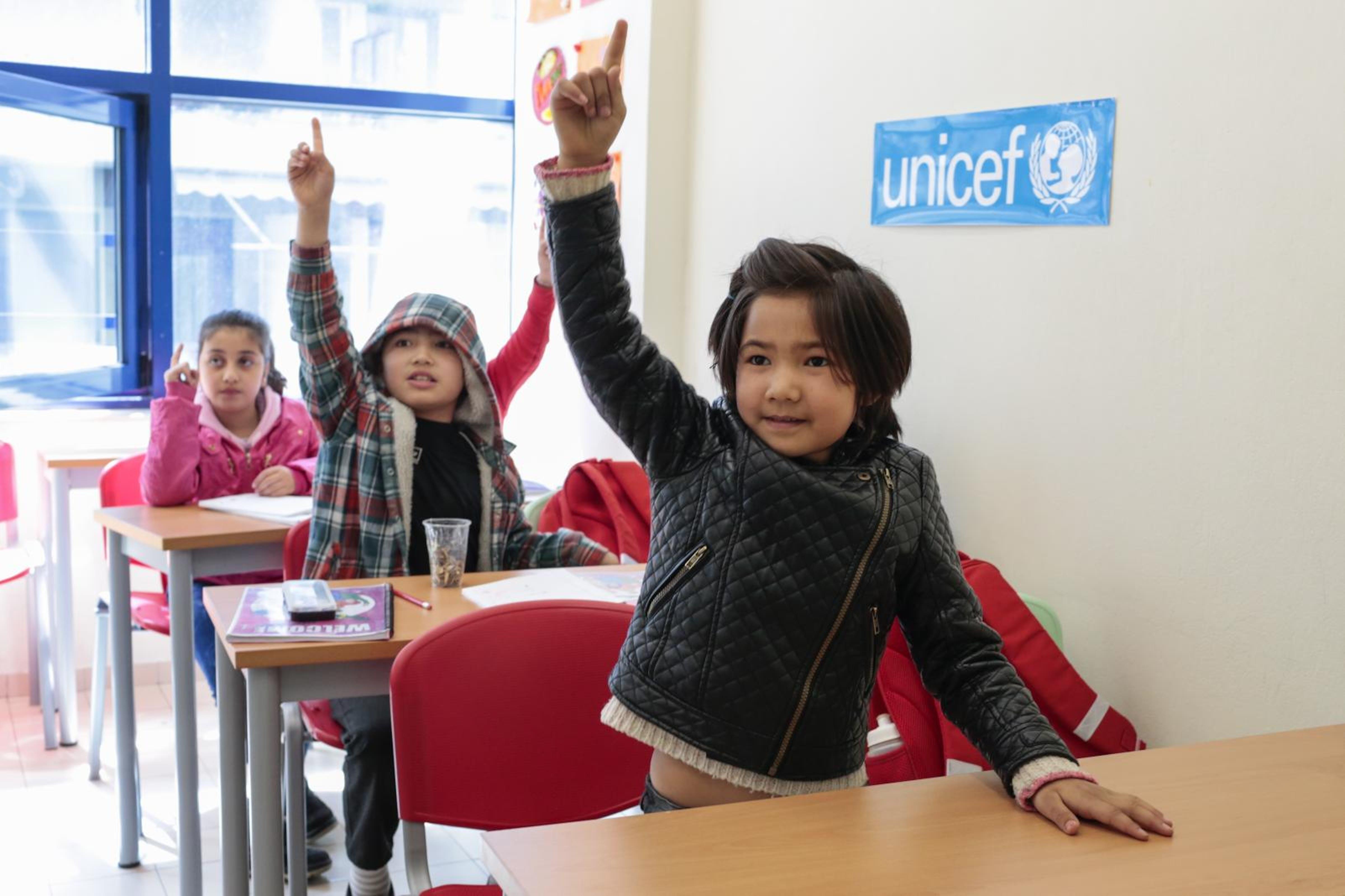 Bambine rifugiate dall'Afghanistan durante una lezione organizzata dall'UNICEF in una scuola di Apostoli, nella regione dell'Epiro  (Grecia) - © UNICEF/UN075716/Jacome