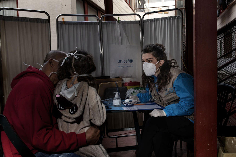 Una dottoressa del team mobile UNCEF-INTERSOS visita padre e figlia, immigrati dal Venezuela, in un edificio occupato a Roma - © UNICEF/UNI319137/Romenzi