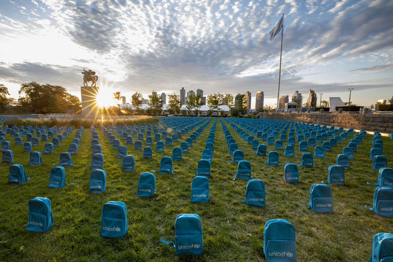 Un'installazione realizzata nel 2019 all'esterno della sede UNICEF di New York per ricordare i tanti bambini vittime delle guerre nel mondo - ©UNICEF/UN0341974/Farber/Getty Images.jpg
