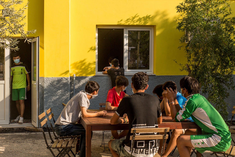 Adolescenti rimasti senza tetto dopo l'incendio del campo profughi di Moria e ospitati dal Centro Tapuat a Lesbo (Grecia) - ©UNICEF/UNI368513/Christophilopoulos