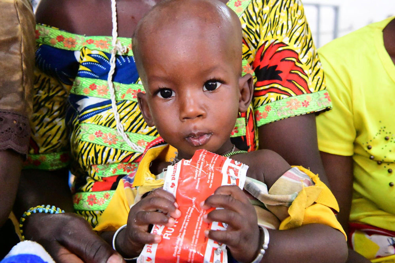Una bambina affetta da malnutrizione consuma una dose di Plumpy'Nut, un alimento terapeutico pronto per l'uso, in un centro nutrizionale di Kaya (Burkina Faso) - © UNICEF/UNI394870/DeJongh