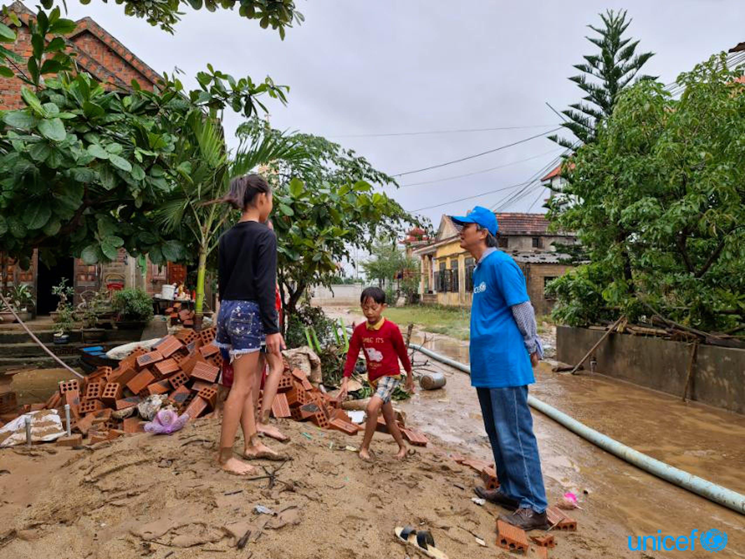 Vietnam, staff UNICEF a Quang Loc dopo il disastro delle inondazioni © UNICEF/UN0352875/