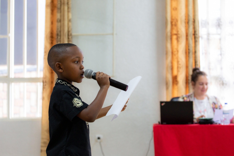 Manzi, 10 anni, prende parte a un evento in Ruanda dove i bambini mettono in mostra le loro vite e storie. ©UNICEF/UN0337383/Rudakubana