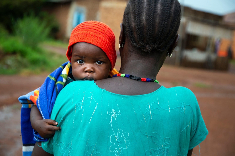 Veronica è affetta dall'HIV sin dal 2008, ma il piccolo Mubarak (9 mesi) e gli altri suoi figli sono nati liberi dal virus grazie ai farmaci antiretrovirali - © UNICEF/UNI221734/Gonzalez Farran