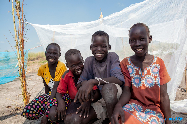 Bambini sotto una zanzariera nel campo per sfollati di Bienythiang, un'area del Sud Sudan devastata nei mesi scorsi da inondazioni che hanno distrutto villaggi e campi - © UNICEF/UN0359995/Naftalin