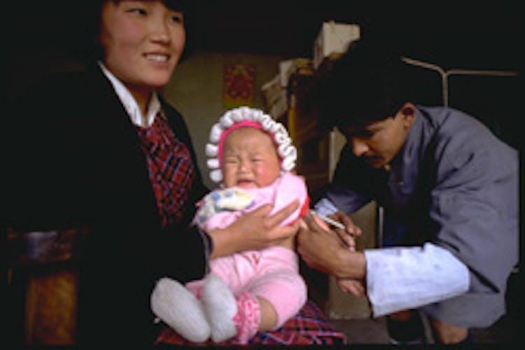 Vaccinazione di una neonata in Bhutan