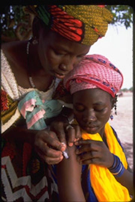 Mali: un'operatrice volontaria formata dall'UNICEF vaccina contro il tetano una ragazza