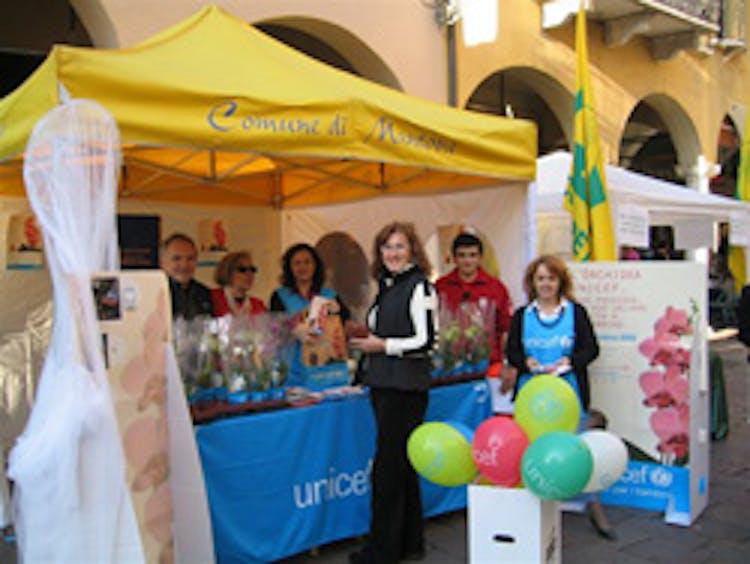 Un banchetto di volontari per l'Orchidea UNICEF 2008 a Mantova - ©UNICEF Italia/2008